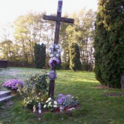 Starý kríž na cintoríne
